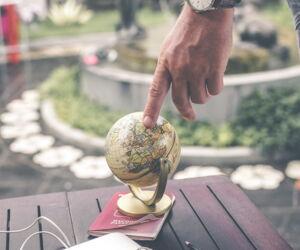 Finger am Globus
